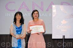 加拿大故事短片电影《烛光》(The Glimmering Light)星期日(4月12日)在温哥华再度获奖,荣获今年加拿大国际电影节短片优秀奖。这是此电影第七次荣获电影节褒奖。 - 加拿大西