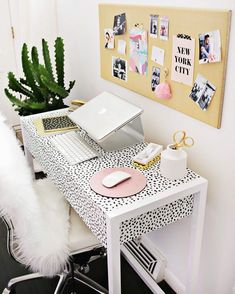 You won't mind getting work done with a home office like one of these. See these 20 inspiring photos for the best decorating and office design ideas for your home office, office furniture, home office ideas Mesa Home Office, Home Office Space, Desk Space, Home Office Desks, Workspace Desk, Diy Desk, Office Spaces, Small Office, Desk Areas