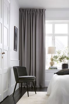 Gardiner och tips kring gardinupphängning Interior, Home, Home Bedroom, Bedroom Interior, Cheap Home Decor, Apartment Decor, Interior Design, Interior Design Bedroom, Trendy Home