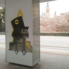 """Reinterpretación de """"Los Caprichos. Autorretrato"""" de @soy_BYG en la parada de tranvía de Murallas Romanas.  Hay gentea la que le encanta ir a cazar""""pokemones"""" por la ciudad… nosotros te proponemos un paseo artístico y cultural (y en tranvía)por la obra deocho de los ilustradoresmásinteresantes del momento, que han utilizado aFrancisco de Goya como fuente de inspiración.  La tercera edición de#paradaasaltotiene como protagonista a Francisco de Goya y Lucientes, y nos propone una…"""