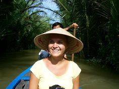 Varend door de Mekong Delta in Vietnam. Met de boot vaar je langs een drukbezochte drijvende markt. Vanuit de boot proberen handelaren hun verse producten te verkopen in ruil voor andere fruit- of groentesoorten. Na deze leuke belevenis, vaar je verder langs dorpen en hardwerkende boeren in de rijstvelden, bezoek je een van de vele An Binh eilanden en krijg je een rondleiding in verschillende familiebedrijfjes waar ze het belangrijkste export product van Vietnam produceren, namelijk rijst.