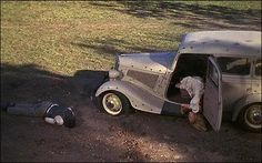 In Bonnie and Clyde Warren Beatty and Faye Dunaway were not actually shot dead in the final sequence. Stunt doubles were killed instead. Bonnie Clyde, Bonnie And Clyde Bodies, Bonnie And Clyde Death, Bonnie And Clyde Photos, Bonnie Parker, Arthur Penn, Requiem For A Dream, Natural Born Killers, Warren Beatty