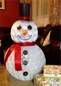 Большой снеговик из пластиковых стаканчиков
