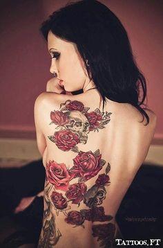 tatouage femme dos tete de mort et roses