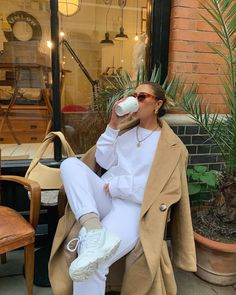 Follow our Pinterest Zaza_muse for more similar pictures :) Style Inspiration. Tracksuit outfit for Fall with oversized coat. Oversized Coat, Sweatshirt Outfit, Gossip Girl, Classy Outfits, Sweatpants, Cozy, Style Inspiration, Photo And Video, Sweatshirts