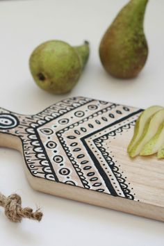 This DIY painted cutting board would make a great gift for mom.