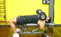 Supino Reto com Dumbbell. Grupos musculares: Peitoral (fibras médias), Tríceps, Ombro, Antebraço. Execução correta, recomendações, cuidados e mais info