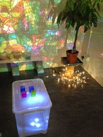 This looks like a sensory clear container with colored beads on top of a light table. Wonderful sensory and discovery activity at Ekuddens förskola, Bubblan ≈≈ Reggio Emilia, Sensory Activities, Toddler Activities, Learning Activities, Reggio Inspired Classrooms, Reggio Classroom, Sensory Lights, Fairy Dust Teaching, Art For Kids