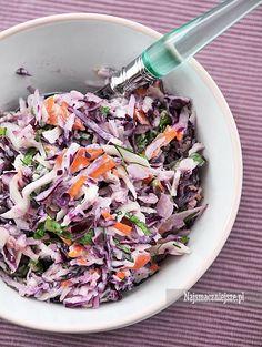 Coleslaw z kolorowej kapusty, smaczna, zdrowa i kolorowa odmiana tradycyjnej sałatki coleslaw.