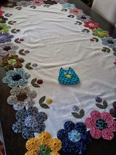 love this idea ! Hand Applique, Hand Embroidery, Sewing Tutorials, Sewing Projects, Tumbling Blocks Quilt, Yo Yo Quilt, Flower Quilts, Table Runner Pattern, Quilt Binding