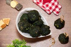 Le Polpette di spinaci al forno sono un delizioso piatto vegetariano perfetto come antipasto finger food o come gustoso contorno.