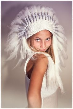 Photographer Manon de Koning | Indian Girl dressed in feather white. www.manondekoning.nl #manondekoning.nl #feather #indian #girl
