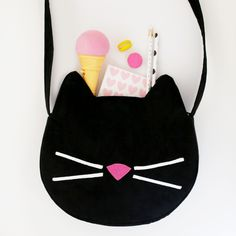 kitty cat purse sewing tutorial / ann kelle fabric I found this ADORABLE kitty purse sewing tutorial by Choly Knight. We sewed one up and it's so, so cute! We made a couple … Kids Purse, Cat Purse, Cat Bag, Sewing Tutorials, Sewing Projects, Diy Bags Purses, Ideias Diy, Purse Patterns, Fabric Bags