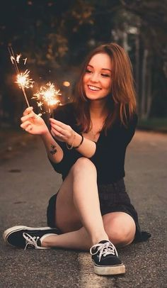 18 Ideas For Photography Poses Graduation Portrait Ideas Girl Photography Poses, Tumblr Photography, Creative Photography, Photography Lighting, Sparkler Photography, Lake Photography, Photography Lessons, Photography Contests, Photography Backdrops