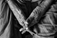 Many believe that arthritis disease is a medical condition experience only by the elderly. However, a persistent backache, neck strain, or other painful condition could very well be osteoarthritis, a common arthritis that afflicts ind Parents Vieillissants, Aging Parents, Unpopular Opinion, A Course In Miracles, Thing 1, Old Age, End Of Life, Elderly Care, Frases