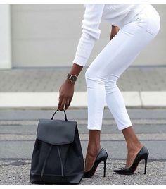 Candido bianco con accessori neri. Elegante e raffinato nella sua semplicità.