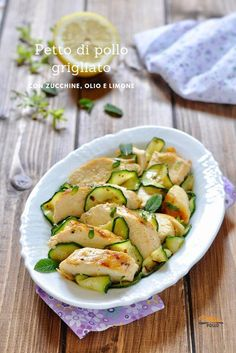 Grilled chicken breast with zucchini, oil and lemon breast Bosnian Recipes, Italian Recipes, Meat Recipes, Chicken Recipes, Healthy Recipes, Pollo Light, Carne, Cena Light, Salty Foods