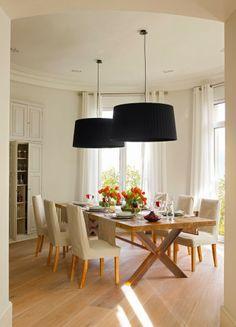 Stonowana jadalnia z wyrazistymi lampami.
