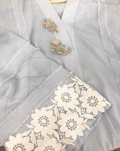 Bridal Mehndi Dresses, Desi Wedding Dresses, Pakistani Formal Dresses, Pakistani Fashion Casual, Pakistani Dress Design, Kurti Sleeves Design, Kurta Neck Design, Sleeves Designs For Dresses, Dress Neck Designs