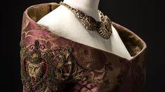 Cersei's gown for Joffrey's wedding. Note the embroidered heart on Cersei's sleeve – it contains a crowned Lannister lion. The dress itself is a pale rose cloth-of-gold damask. Game Of Thrones Cersei, Game Of Thrones Costumes, Game Of Thrones Fans, Got Costumes, Fairy Tale Costumes, Movie Costumes, Costume Ideas, Making Game Of Thrones, King Joffrey