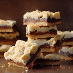 For a crowd-pleasing dessert, whip up one of our bar cookie recipes. We'll show you how to make brownies, blondies, cheesecake bars and more. Köstliche Desserts, Chocolate Desserts, Delicious Desserts, Dessert Recipes, Decadent Chocolate, Chocolate Chips, Tailgate Desserts, Potluck Recipes, Bar Recipes