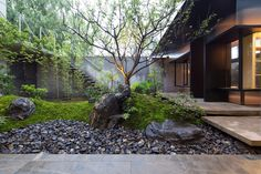 Discover amazing courtyard designs from all over the world, with indoor trees, outdoor furniture and lighting, retractable walls, patios and atrium ceilings. Courtyard Landscaping, Modern Courtyard, Courtyard Design, Courtyard House, Garden Design, Courtyard Gardens, Modern Landscaping, Patio Design, Landscaping Ideas