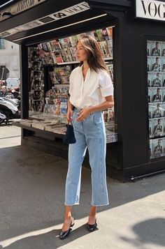 Light Jeans Outfit For Spring Summer outfits Spring Outfits With Jeans Smart Casual Women Dress, Smart Casual Outfit Summer, Smart Dress, Light Jeans Outfit, Outfit Jeans, Loose Shirt Outfit, Block Heels Outfit, Classy Jeans Outfit, White Pants Outfit
