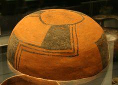 """Escudilla bicroma con diseño de """"trinacrio"""".Aconcagua.Los alfareros cultura Aconcagua decoraban la cerámica funeraria con figuras geométricas negras sobre el color natural de la arcilla. Un motivo muy utilizado es el """"trinacrio"""", consistente en aspas pintadas en la superficie exterior o interior de cuencos y escudillas. Estas aspas se orientan hacia la derecha cuando las vasijas se encuentran en la tumba de un hombre y hacia la izquierda si se trata de la tumba de una mujer. Pottery, Natural, Interior, Baby Shower, Indian, Manga, Home Decor, Quotation Marks, Foot Prints"""