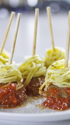 Spaghetti and Meatballs on a stick wedding food 13 Creative Wedding Foods to Serve on a Stick - Love Inc. Finger Food Appetizers, Appetizers For Party, Appetizer Recipes, Italian Appetizers Easy, Meatball Appetizers, Halloween Appetizers, Tapas, Spaghetti And Meatballs, Appetisers