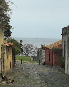 Calle de los Suspiros, Colonia del Sacramento, departamento de Colonia, Uruguay. Su casco antiguo, el barrio histórico, fue declarado Patrimonio de la Humanidad en 1995 al ilustrar la fusión exitosa de los estilos portugués, español y post-colonial.