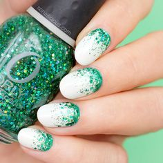 Check out our amazing collection of glitter ombre nails to get inspired. We will also show you all the latest trends in the world of manicure. Bright Red Nails, American Nails, Pointed Nails, Red Nail Designs, Halloween Nail Art, Types Of Nails, Nail Trends, Christmas Nails, Nail Colors