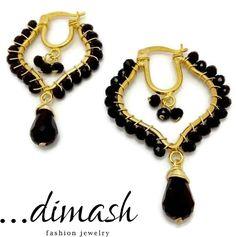 Complementa tu outfit con estas preciosas arracadas de  4 cm ancho, tipo rombo con cristal en negro y mini gota