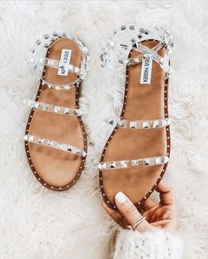 Discover recipes, home ideas, style inspiration and other ideas to try. Sandals Outfit, Cute Sandals, Cute Shoes, Me Too Shoes, Shoes Sandals, Bare Foot Sandals, Keds, Looks Party, Studded Sandals