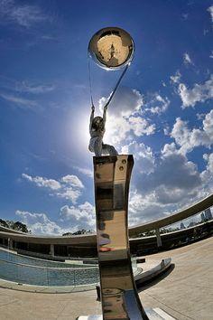 Lorenzo Quinn - sculptures qui défient les lois de la gravité