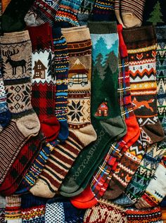 Toasty Toe Tartan - Keep your toes toasty throughout the cold seasons. Canoeing and hiking until it all freezes. Pullover Design, Sweater Design, Look 80s, Cabin Socks, Cozy Socks, Cozy Cabin, Ski Socks, Style Masculin, Winter Socks