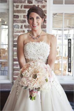 peach wedding bouquet | VIA #WEDDINGPINS.NET