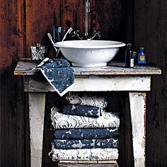 Country bathroom pictures and photos for your next decorating project. Find inspiration from of beautiful living room images Country Sink, Country Baths, Country Decor, Primitive Bathrooms, Rustic Bathrooms, Vintage Bathrooms, Pintura Shabby Chic, Shabby Chic Shower Curtain, Shower Curtains