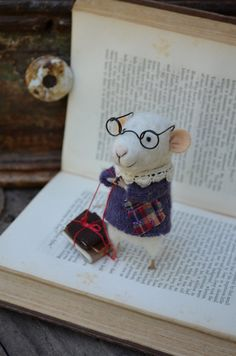 Little+Reader+Mouse+with+Glasses++Felting+Dreams++by+feltingdreams