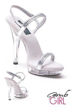 Bomb Girl, il brand delle scarpe sexy. Sandalo aperto di nome Diamond con Tacco alto quasi 13 cm e un Plateau di 2,5 cm trasparente. Questo sandalo ha una fascia nella parte anteriore e una con cinturino alla caviglia che sono ricoperti da strass. Sexy e allo stesso tempo molto elegante per non farvi passare inosservate. Disponibile in colore argento trasperente in cinque misure, dalla 36 alla 40.