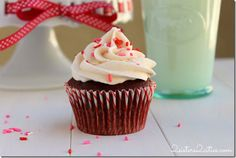 A tender, sturdy chocolate cupcake with mint pieces topped with chocolate ganache, peppermint buttercream, and crushed candy canes. Yummy Treats, Delicious Desserts, Sweet Treats, Yummy Food, Menta Chocolate, Chocolate Ganache, Cupcake Recipes, Cupcake Cakes, Peppermint Cupcakes