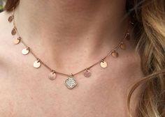 Gargantilla Aliss en plata recubierta de oro rosa con medatillas y trebol de cuatro hojas con circonitas