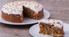 Toller, saftiger Karottenkuchen (Carrot Cake) mit Cream Cheese Frosting. So lecker kann fettarmer Rüblikuchen ohne Nüsse sein!