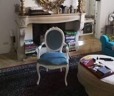 Mi-au plăcut întotdeauna piesele de mobilier de inspirație french, cu patină, detalii fine in stilul rocaille, frunze de acant, dungi aurii minuscule care parca nu intelegi de unde vin si unde se opresc, dar ele exista si sunt trasate cu mare finete pe mobilier, auriul vechi, picioare curbate, .. Am fost atrasa de scaunele Louis, de farmecul lor aparte atat cele in stilul XIII, XIV dar mai ales cele in stilul XV cu ale sale picioare in S,  linii suple, gratioase, pline de fantezie, curbe cu abun Louis Xvi, Marie Antoinette, Corner Desk, Vanity, Interior Design, Furniture, Home Decor, Rock Shower, Home