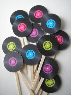 PRINTABLE Record Cupcake Topper - PDF File Customized with your colors and text Druckbare Datensatz Cupcake Topper PDF-Datei mit von RisaRocksIt Source by 50s Theme Parties, Music Themed Parties, 70th Birthday Parties, Music Party, 80s Theme, Party Themes, 70s Party Decorations, Party Ideas, Theme Ideas