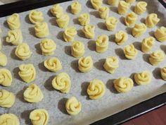 Ингредиенты: творог — 250 г маргарин — 100 г мука — 400 г яичный желток — 2 шт. сахар — 120 г ванилин — 1 г сода — 1/4 ч.л. соль — 1 щепотка Приготовление: Смешать творог с маргарином, сахаром, ванилином, солью и яичными желтками. Разминаем хорошенько вилкой до однородности. Доб