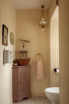 Des toilettes rétro dans le pur style farm life traditionnel Deco Retro, Retro Vintage, Style Rustique, Scandinavian Style, Vanity, Surfer, Rustic, Inspiration, Bathroom