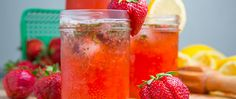 Soligt väder tål att firas! Fixa lite citroner, färska jordgubbar och en näve basilika så gör vi cocktails (med eller utan alkohol).