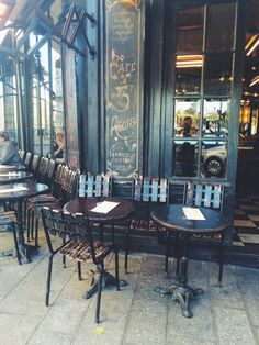 Café Saint-Régis on Île Saint-Louis, Paris, photo by Arseny Vesnin