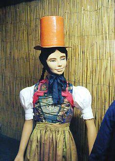 Schwarzwälder Trachten im Schwarzwälder Trachtenmuseum Haslach Trachten von der Baar Frauentracht mit Strohzylinder, dazu ein über der Br...