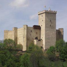Le sévère château de Mauvezin doit son aspect actuel à Gaston Phèbus, qui le fait reconstruire au 14°s. Le grand donjon carré est caractéristique des chateaux qu'il fait bâtir, comme Montaner. Mauvezin est abandonné au 17°s et tombe en ruine. Il reçoit quelques aménagements au début du 20°s, mais c'est à partir des années 1990 qu'une grande campagne de restauration est lancée